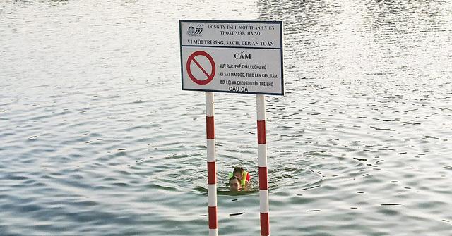 Người dân Thủ đô vô tư tắm hồ Linh Đàm, bỏ mặc cảnh báo