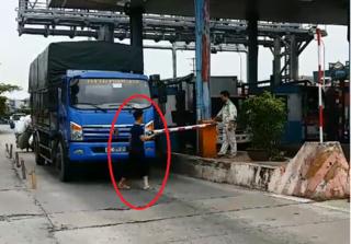 Phản đối Trạm thu phí BOT Tân Đệ, tài xế nhấc barie để xe đi qua