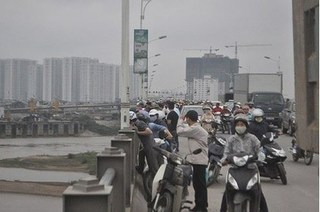 Bỏ lại xe máy trên cầu Vĩnh Tuy, nam thanh niên nhảy sông Hồng tự tử
