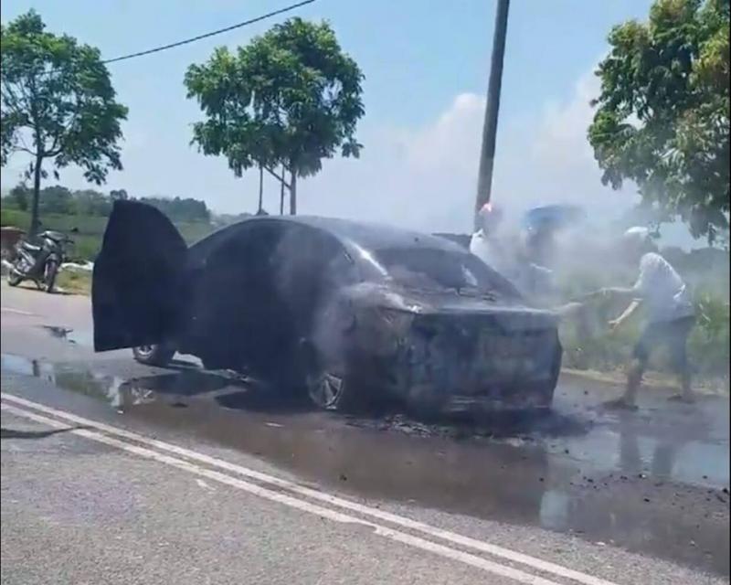 Phú Thọ: Xe Innova cháy bùng giữa trưa nắng4