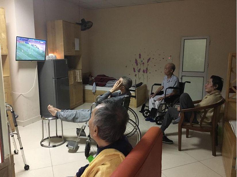 Cụ bà tuổi 80 ở căn hộ cao cấp, đi xe hơi đến lớp mỗi ngày2