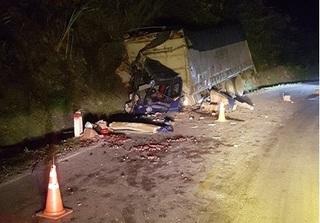 Hòa Bình: Xe tải đâm vào vách núi, 2 người thương vong