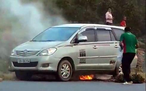Phú Thọ: Xe Innova cháy bùng giữa trưa nắng