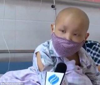 Bé trai mắc ung thư cầu xin mẹ sớm quay trở lại, 'con hứa sẽ không trách mẹ đâu'