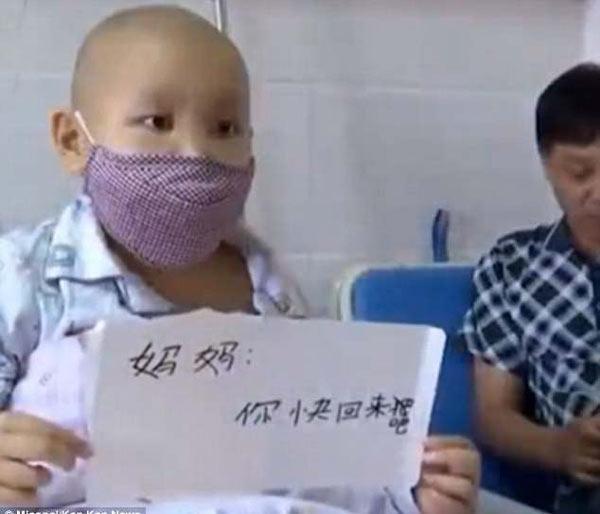 Bé trai mắc ung thư cầu xin mẹ sớm quay trở lại,