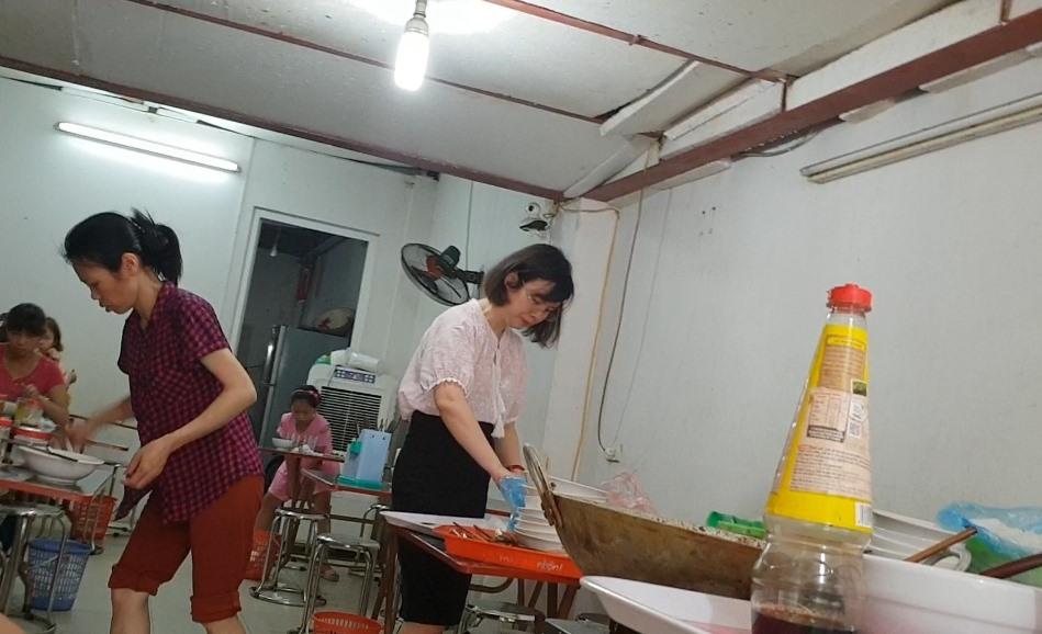 Người phụ nữ sang mua phở sau khi các thí sinh vào phòng thi