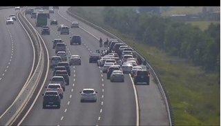 Đoàn xe đám cưới bất chấp nguy hiểm thản nhiên dừng lại chụp ảnh trên cao tốc
