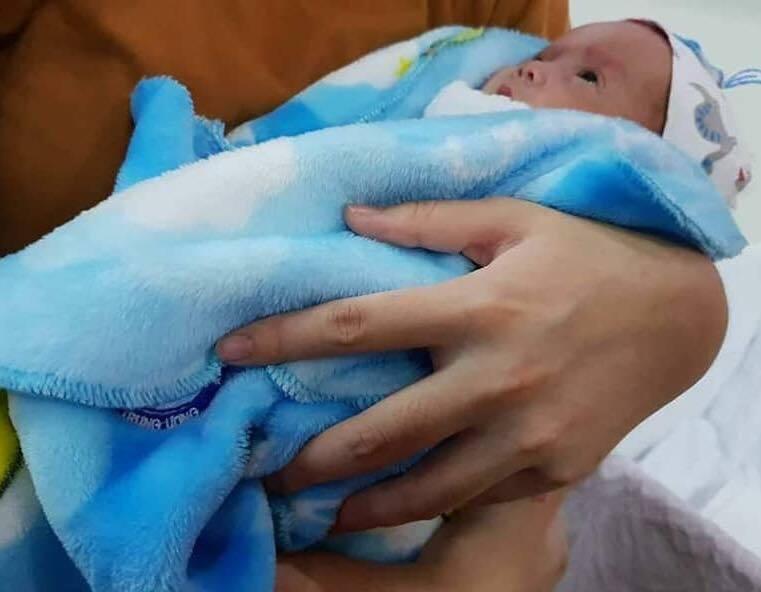 Cứu sống em bé sinh non chỉ nặng 500g của vợ chồng hiếm muộn