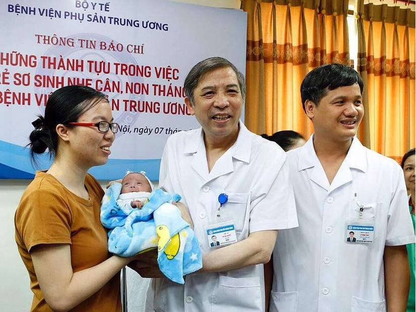 Cứu sống em bé sinh non chỉ nặng 500g của vợ chồng hiếm muộn 2