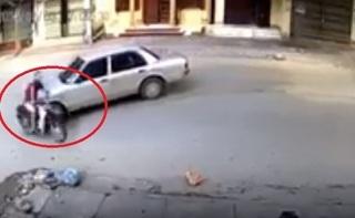 Clip: Pha đánh lái cẩu thả của tài xế ô tô khiến người đi xe máy bị thương nặng