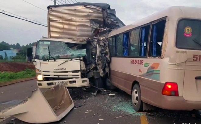 Đồng Nai: Xe khách tông trực diện xe tải, 18 người nhập viện