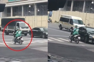 Clip: Thanh niên mặc đồng phục Grab 'hiên ngang' đứng giữa đường, đối đầu làn xe 1 chiều