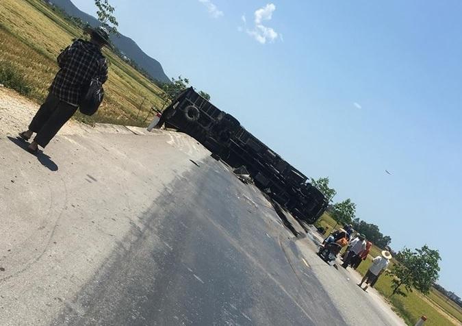 Nghệ An: Xe khách lao xuống ruộng sau tai nạn liên hoàn, 10 người bị thương