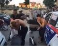 CLIP: Đâm xe rồi phóng bỏ chạy, tài xế taxi bị nhóm người đuổi đánh dã man