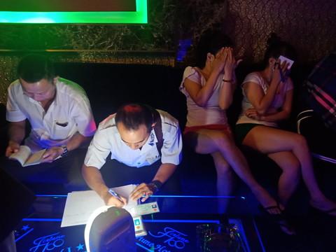 Hơn 100 tiếp viên mặc khiêu dâm trong khách sạn Fortune ở Sài Gòn