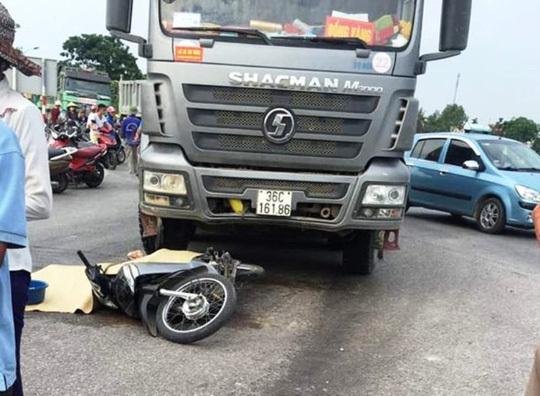 Xe tải bất ngờ chuyển hướng, cán chết người phụ nữ đi xe máy