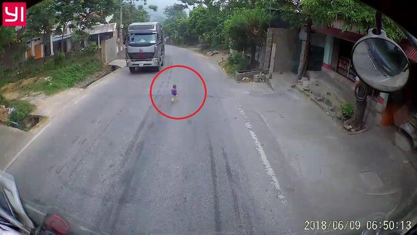 Xe container đang vun vút, tài xế thót tim vì em bé trên đường