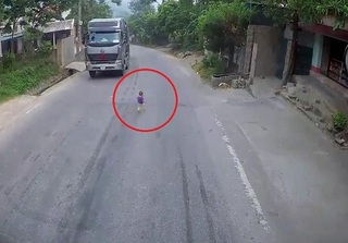 CLIP: Đang phóng vun vút, tài xế tải giật thót tim vì em bé lẫm chẫm chạy qua đường