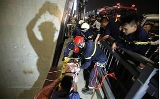 Thanh niên mải chơi Flycam rơi xuống bãi giữa cầu Nhật Tân