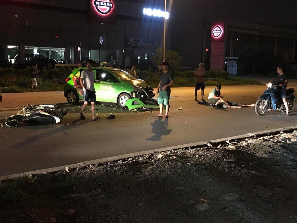 Xe máy va chạm với taxi Mai Linh, 2 người bị thương nặng