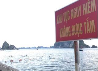 Quảng Ninh: Người dân bất chấp nguy hiểm, ùn ùn đổ về các bãi tắm tự phát