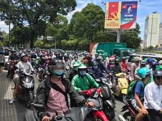 Giao thông TPHCM nhiều nơi đảo lộn vì các điểm tụ tập đông người