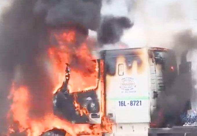 Hưng Yên: Đang lưu thông, xe container bất ngờ bốc cháy dữ dội2