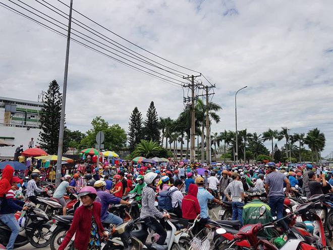 Hàng nghìn công nhân tụ tập trước cổng khu công nghiệp ở Sài Gòn