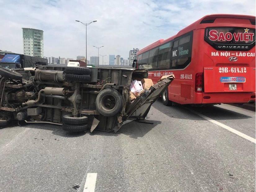 Xe tải nổ lốp đâm xe cùng chiều lật ngang trên đường, tài xế bị thương nặng