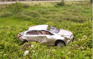 Thái Nguyên: Phát hiện chiếc ô tô biển Hà Nội bẹp rúm nằm giữa bãi rác