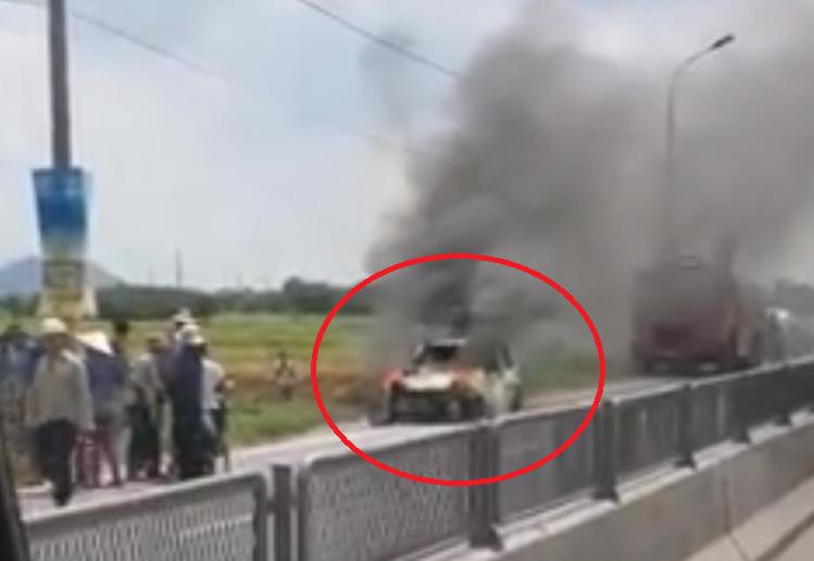 Quảng Ninh: Ô tô bất ngờ bùng cháy dữ dội trên quốc lộ