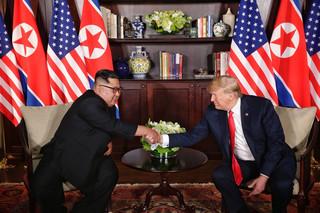 Cái bắt tay lịch sử 12 giây của hai nguyên thủ Mỹ - Triều