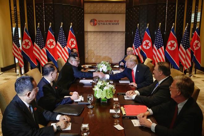 Cú bắt tay lịch sử 12 giây của Trump và Kim Jong Un