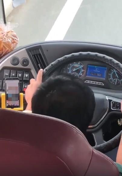 Tài xế xe khách vừa lái vừa xem phim đen gây bức xúc mạng xã hội2