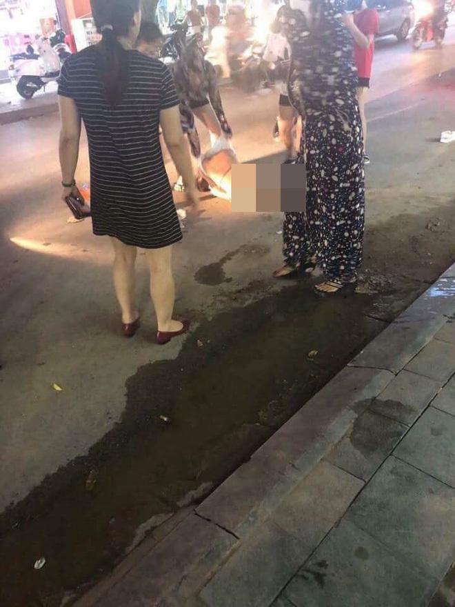 Cô gái bị nhóm phụ nữ lột đồ, đổ nước mắm, muối ớt lên người2