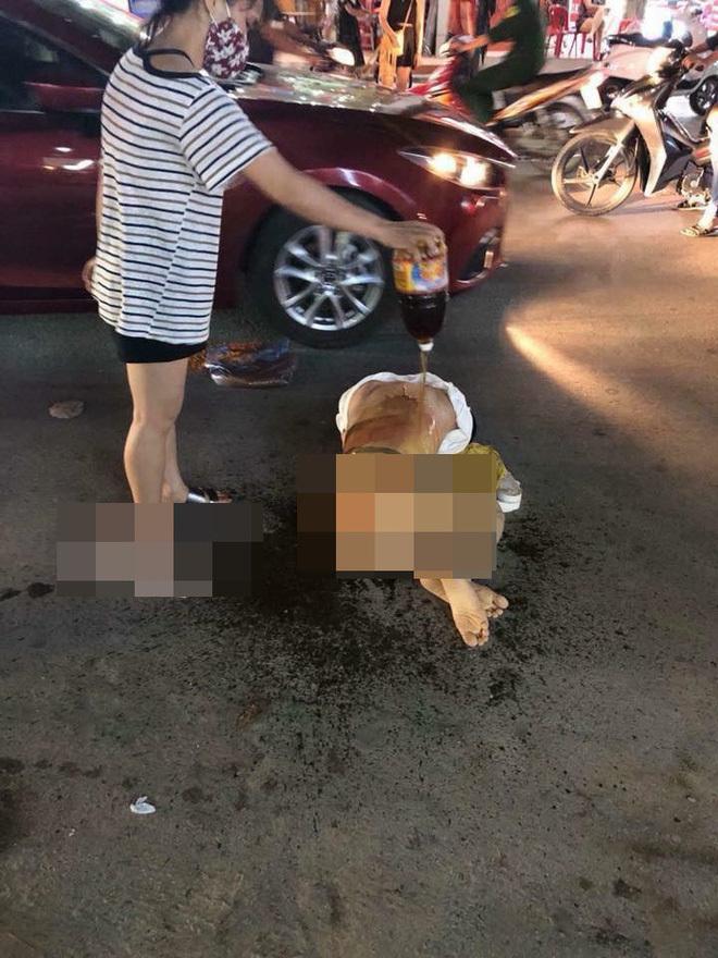 Cô gái bị nhóm phụ nữ lột đồ, đổ nước mắm, muối ớt lên người3