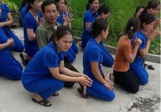 Nghệ An: Cơ sở mầm non bị đóng cửa, cô giáo xếp hàng quỳ xin cơ quan chức năng
