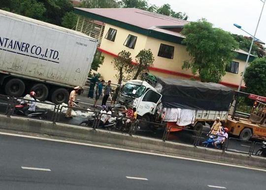 Thanh Hóa: Xe tải va chạm với xe container, 1 người tử vong