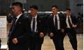 Vệ sĩ Triều Tiên bảo vệ Kim Jong-un đeo kính râm trong nhà kể cả ban đêm