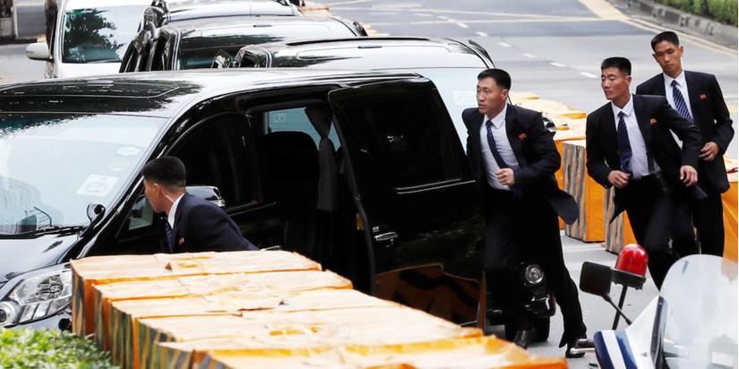 Vệ sĩ Triều Tiên bảo vệ Kim Jong-un đeo kính râm trong nhà