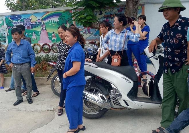 Vụ giáo viên quỳ xin được dạy học ở Nghệ An: Cầm đèn chạy trước ô tô?