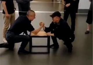Lý Liên Kiệt xuất hiện trẻ khỏe, đấu vật tay sau khi bị chê như ông già 80 tuổi