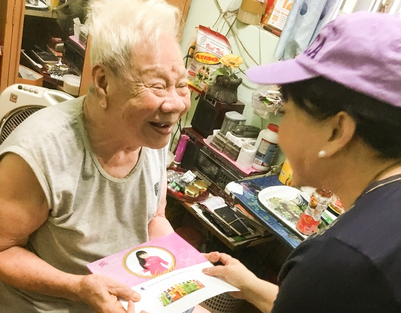 Nghệ sĩ Hương Lan thăm và tặng quà cho các nghệ sĩ viện dưỡng lão