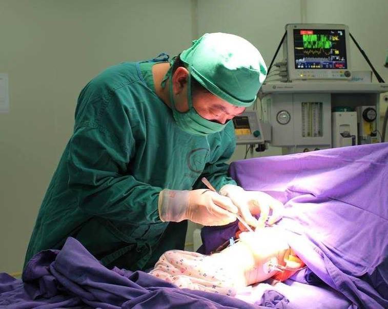 Bác sĩ mổ lấy chiếc đinh sắt nhọn trong tá tràng bệnh nhi 9 tuổi 2