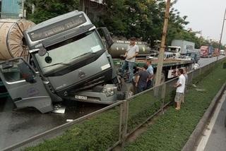 Clip: Đang di chuyển trên đường, cuộn tôn đứt xích hất bay cabin xe đầu kéo