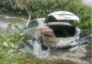 Thái Bình: Ô tô bốc cháy dữ dội vì rơm quấn vào ống pô