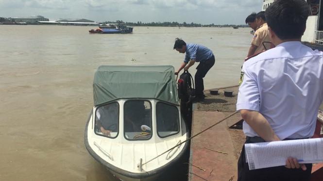 Ca nô va chạm sà lan làm thiếu tá tử vong, đại úy mất tích trên sông Hậu