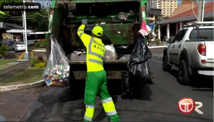 Vừa cầm còi, trọng tài World Cup vừa làm cả công việc thu gom rác