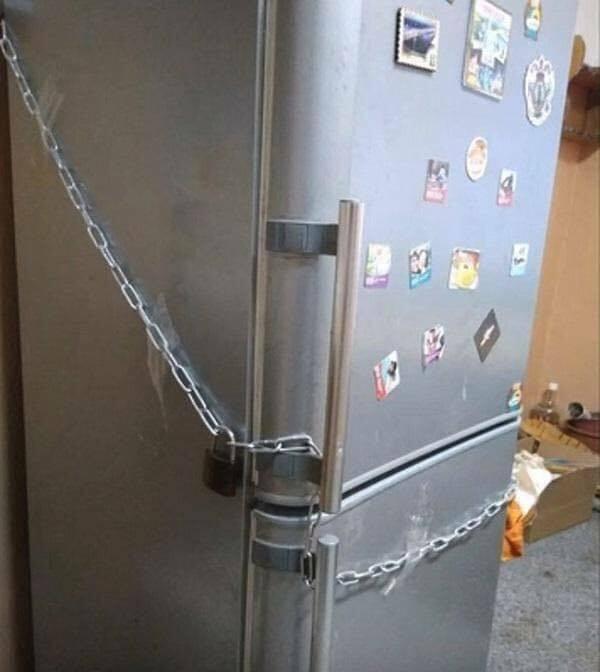 Nàng dâu ở với mẹ chồng vẫn cẩn thận khóa tủ lạnh