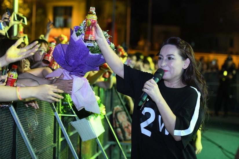 Giới trẻ Hà Nội đội mưa 'chơi hàng nóng' cùng Huyền My, Lou Hoàng, Only C